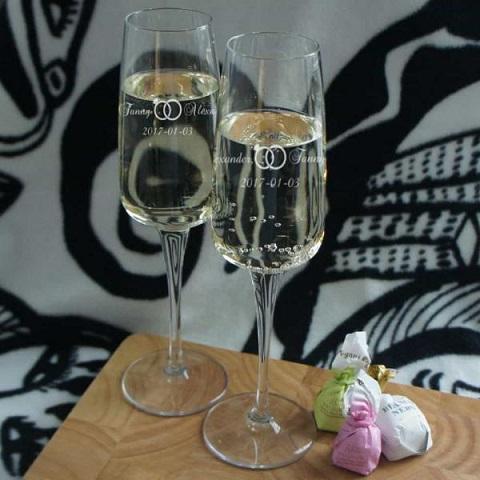 Champagneglas med graverade ringar till brudparet