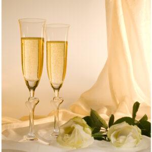 Graverade champagneglas med hjärtan
